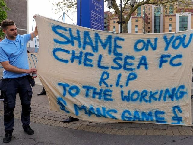 Die Chelsea-Fans protestieren gegen die Super-League-Pläne.