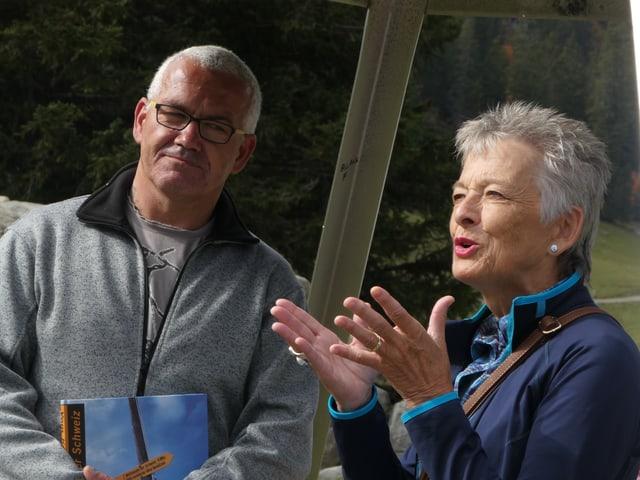 Thomas Niederer posiert mit der Präsidentin von Benevol Schweiz auf der Älggialp.