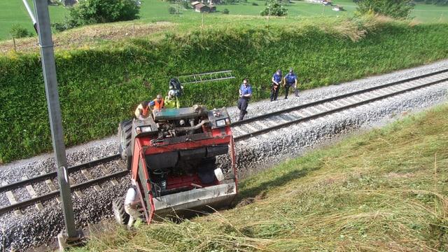 Il tractor è sa fermà a l'ur dals binaris da la Viafier retica.