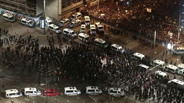 Polizei trennt zwei Demonstrationen räumlich ab.