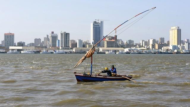 Skyline von Maputo. Die Thunfischflotte bleibt im Hafen.