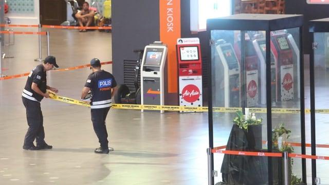 Polizisten sichern einen Tatort am Flughafen in Kuala Lumpur.