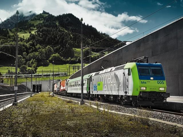 Nordportal Lötschberg-Basistunnel mit Zug.