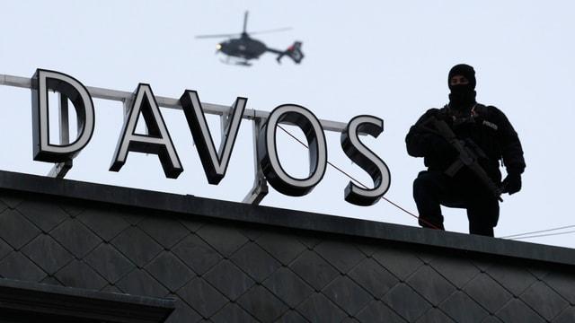 Sin in tetg stat scrit Davos e dasper è in schuldà ed en l'aria sgola in helicopter.