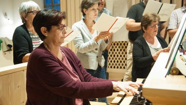 L'organista Evelina Giger vesa ussa era las chantaduras ed ils chantadurs.