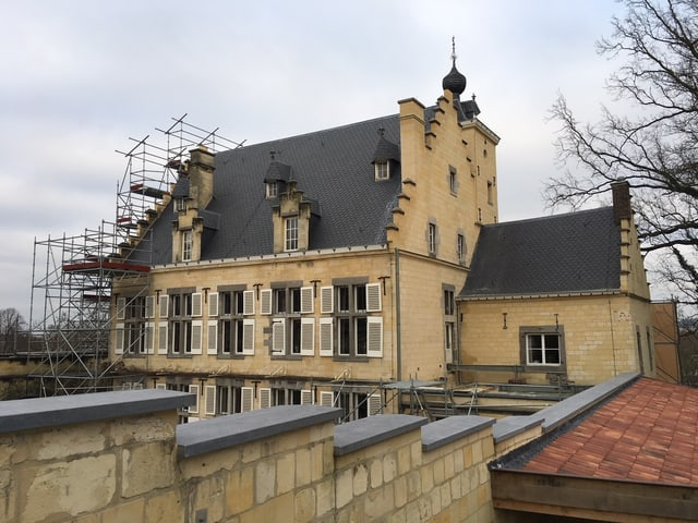 Ein Schloss mit Baugerüst.
