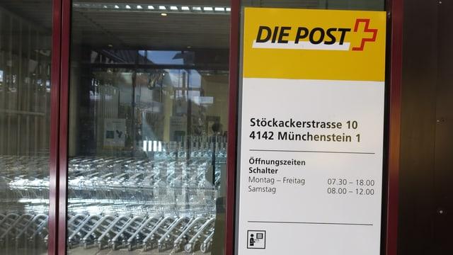 Post-Schild in Münchenstein mit den Oeffnungszeiten