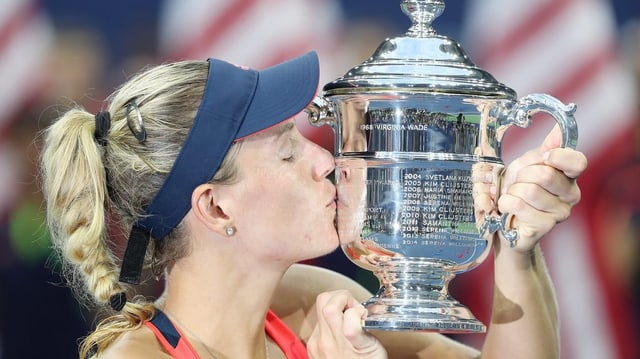 Angelique Kerber cun la trofea da l'US Open.