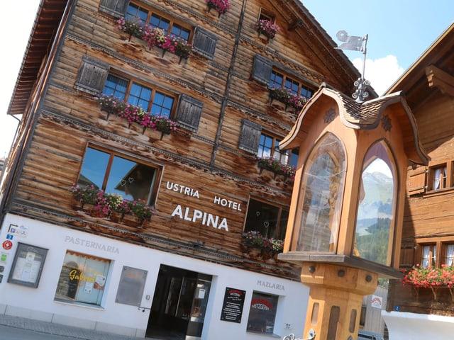 La chasa hotel Alpina en lain, e devon la funtauna da Nossadunna.