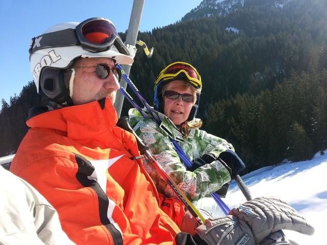 Walter und Rosmarie Loosli auf dem Skilift.