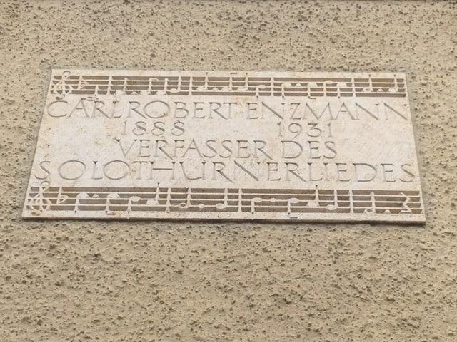 In Stein gemeisselte Inschrift: Carl Robert Enzmann, Verfasser des Solothurnerliedes