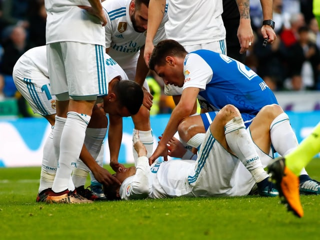 Schär kümmert sich um den am Boden liegenden Ronaldo.