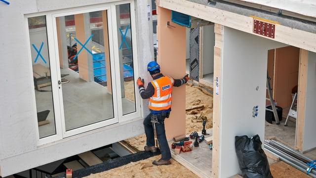 Ein Mann auf einer Baustelle