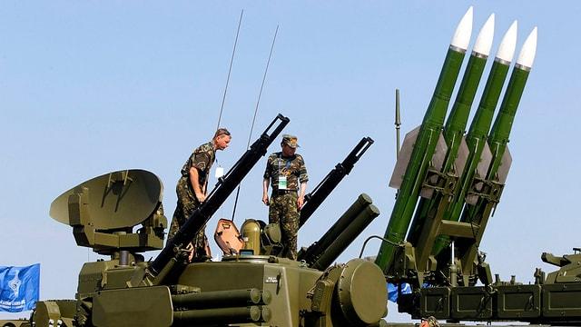 soldaten auf einem Raketenträger.