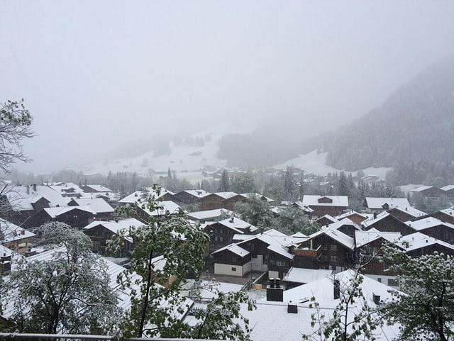 Verschneites Dorf.