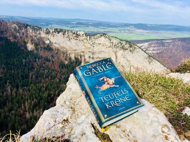 «Teufelskrone» von Rebecca Gablé liegt auf einem Felsvorsprung