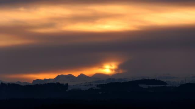 Die Morgensonne drückt sich durch die Wolken.