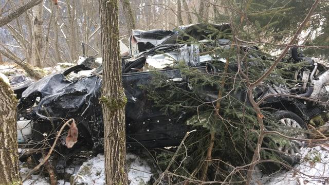 Zerstörtes Auto im Wald.