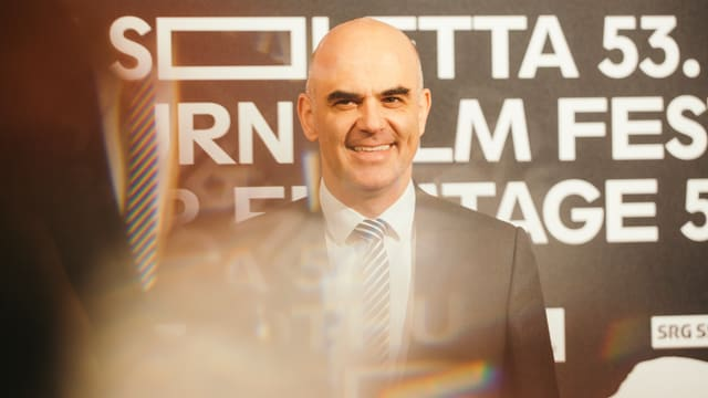 Alain Berset posiert auf der Eröffnung der Solothurner Filmtage für die Fotografen.