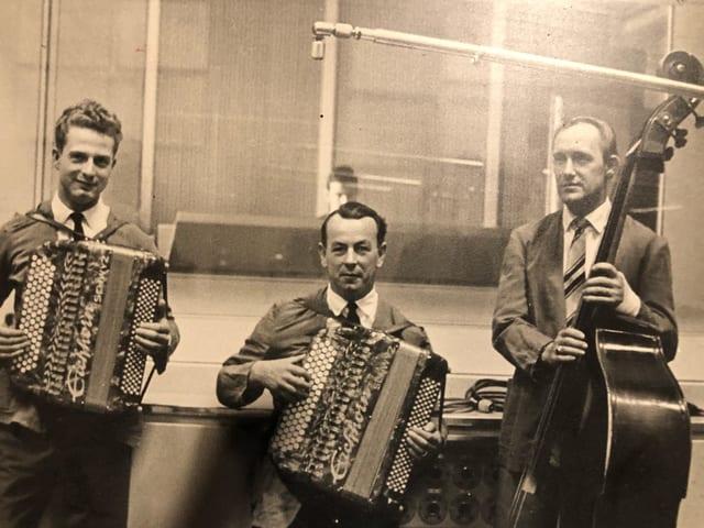 Zwei Akkordeonisten und ein Kontrabassist.