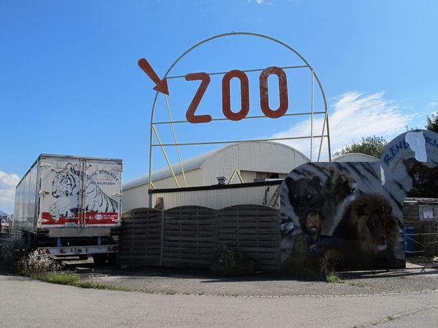 Der alte Raubtierpark mit einem Schild wo Zoo darauf steht