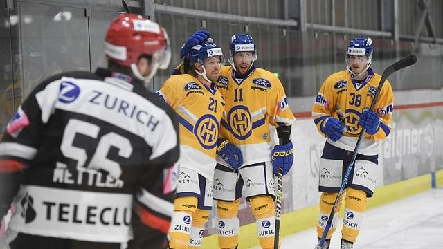 giugaders da hockey cun tenue mellen (Tavau) sa legran