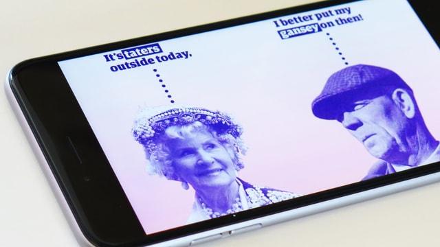 Handybildschirm, eine Frau und ein Mann mit Sprechblasen: «It's taters outside today / I better put my gansey on then!».