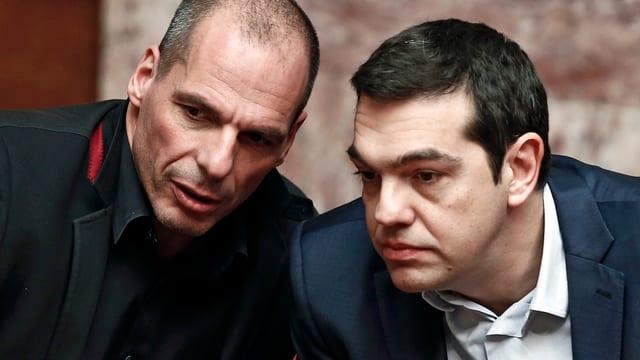 Nahaufnahme: Varoufakis sagt Tsipras etwas ins Ohr.