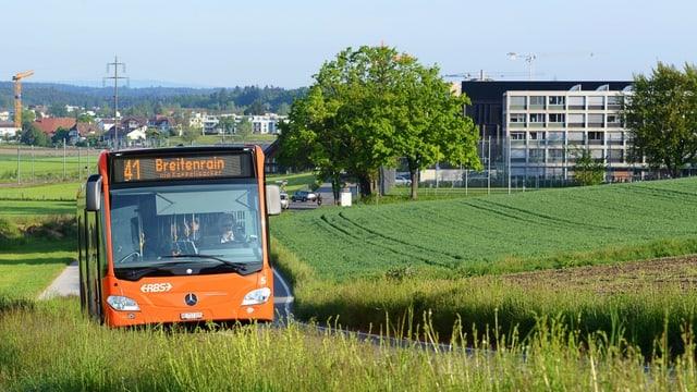 Ein Bus im Grünen.