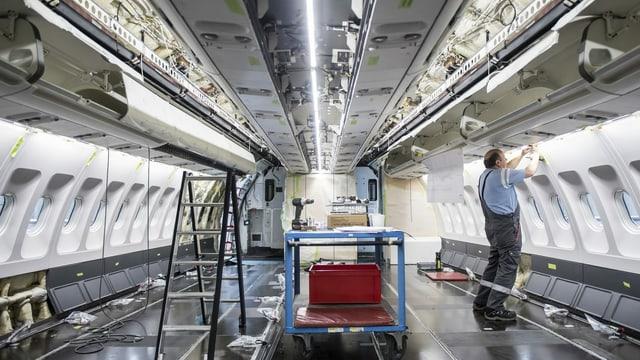 Arbeiten in einem Flugzeugrumpf