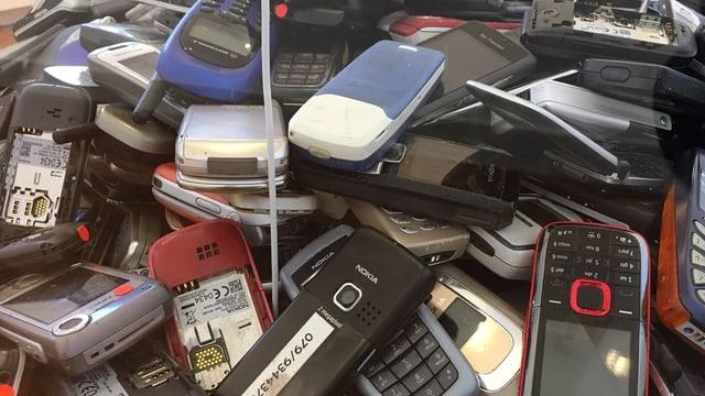 Ein Haufen alter Handys.