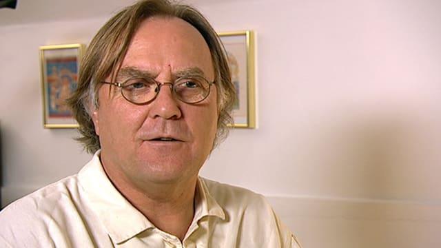 Mann mit Brille und weissem Hemd in è