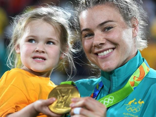 Mutterliebe: Dia Australierin Nicole Beck gewinnt zusammen mit ihrer Tochter Sophie die Goldmedaille im Muki-Turnen.