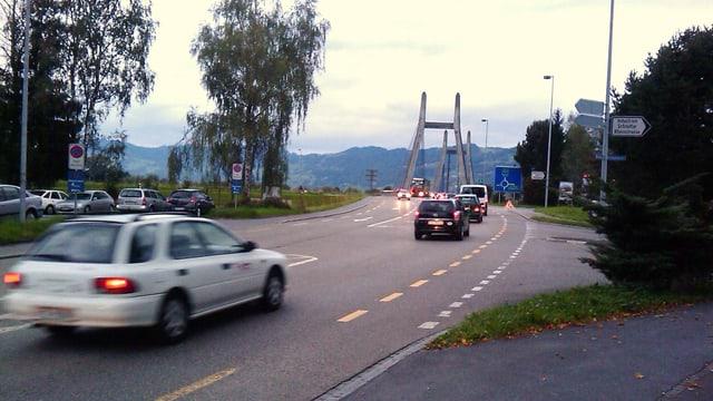 Autos fahren über eine Brücke am Grenzübergang
