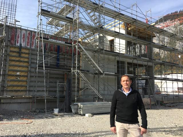 Donat Kaufmann vor der Baustelle