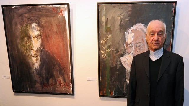 Armin Mueller-Stahl vor seinen Gemälden