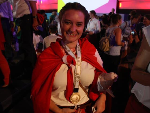 Die 20-Jährige Bündnerin lässt sich und ihre Goldmedaille feiern.
