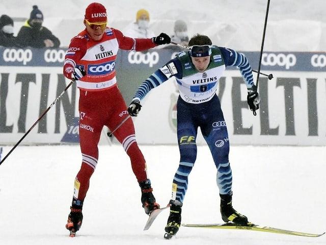 Alexander Bolschunow im umkämpften Schlusssprint gegen seinen finnischen Konkurrenten.