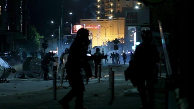 Polizia sin ina via a Pristina.