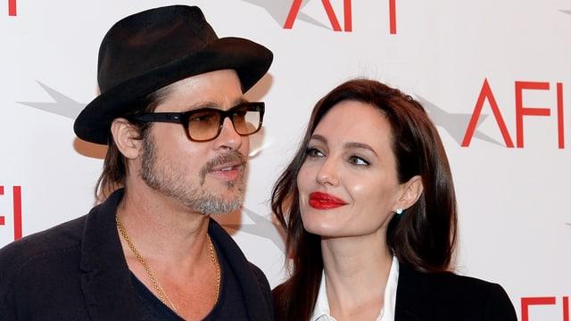 Brad Pitt mit Hut und Angelina Jolie mit rotem Lippenstift
