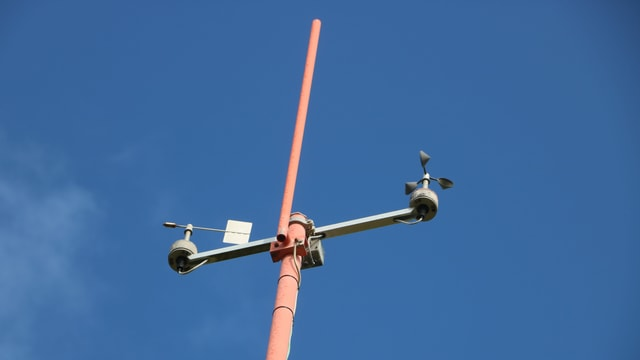 Schalenkreuzanemometer (rechts) und digitale Windfahne (links).
