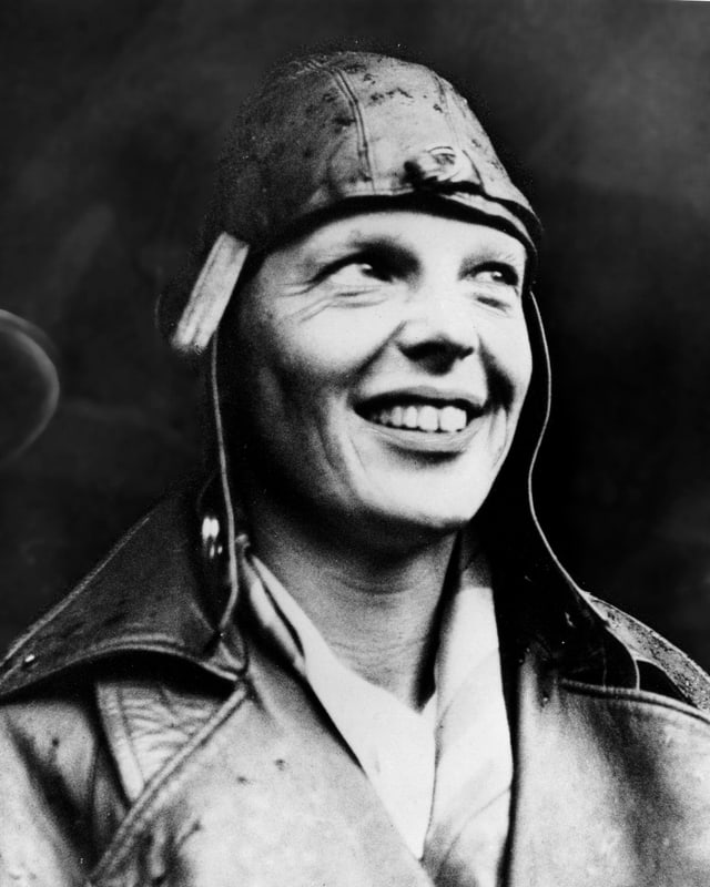 Amelia Earhart mit Fliegerkappe