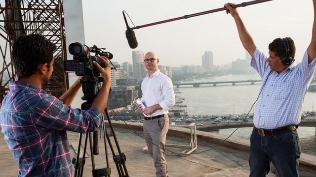 Nahost-Auslandkorrespondent Pascal Weber bei Dreharbeiten mit einem Kameramann und einem Tontechniker in Kairo