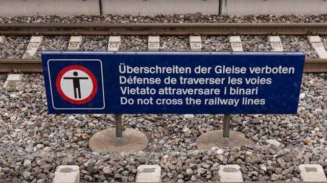 Ein Schild mit der Aufschrift Überschreiten der Gleise verboten