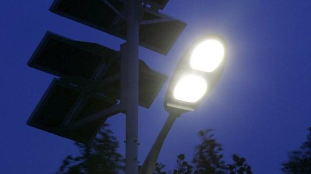 Strassenlampe nachts.