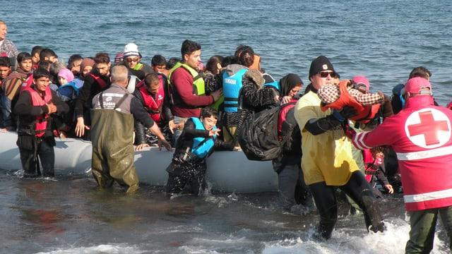 Flüchtlinge erreichen die Küste von Lesbos.