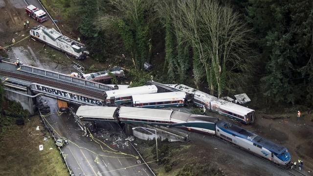 Il tren è ì sur ils binaris ora e crudà sin ina via sperta.