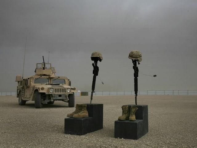 Helme und Stiefel als Grabstätte für zwei gefallene US-Soldaten, Südafghanistan 2008.