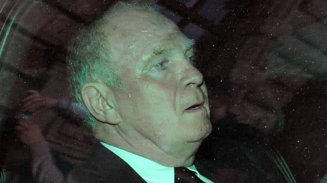 Uli Hoeness nach dem Urteilsspruch in seinem Auto.