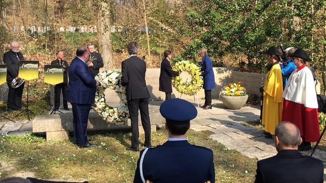 Kranzniederlegung im Gedenken an die Opfer der Bombardierung auf dem Waldfriedhof